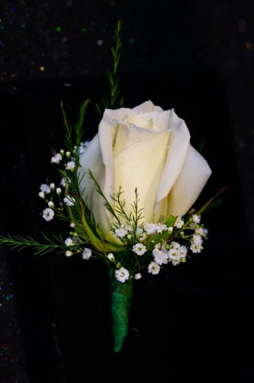 Rose Boutonniere with Baby\'s Breath